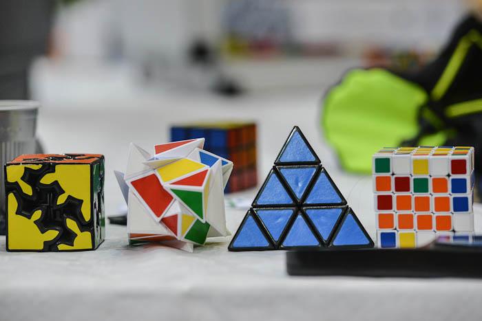 Różne mutacje kostek Rubika