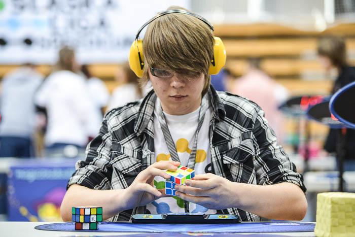 Układanie kostki Rubika 3x3x3 naczas