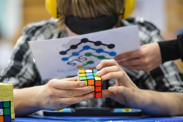 Blindfold, układanie kostki Rubika z zasłoniętymi oczami