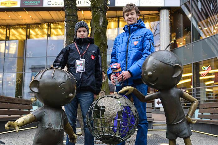 Wolontariusze WOŚP koło pomnika Bolka i Lolka w Bielsku-Białej