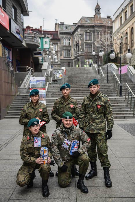 """Wolontariusze ze Związku Strzeleckiego """"Strzelec"""" zbierający datki na WOŚP"""