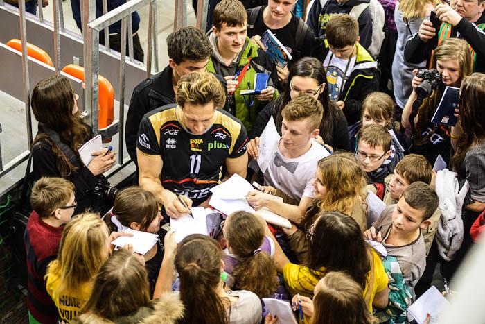 Stephane Antiga rozdaje fanom autografy