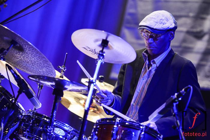 Omar Hakim z Trio of Oz gra na perkusji.