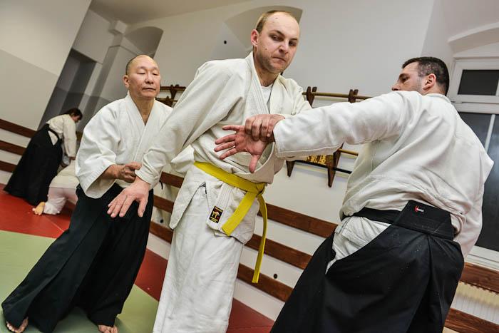 Sensei Andrew Masaru Sato pomaga ćwiczącym. Fotograf Bielsko-Biała