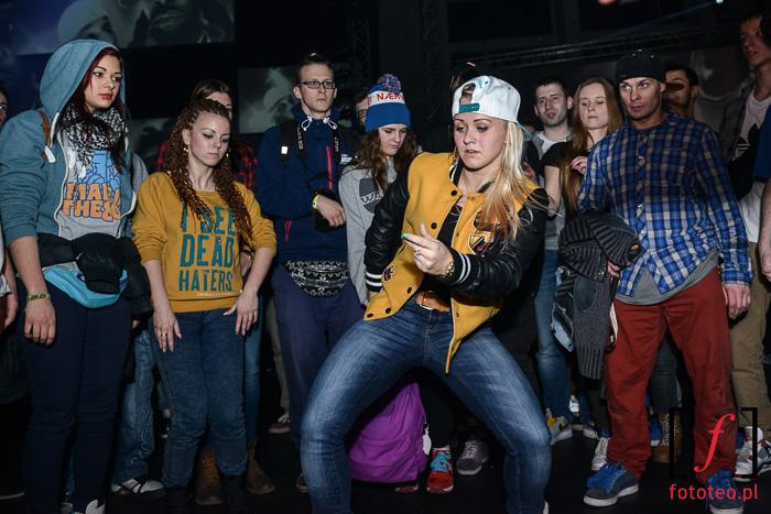 Taniec podczas koncertu hip-hop