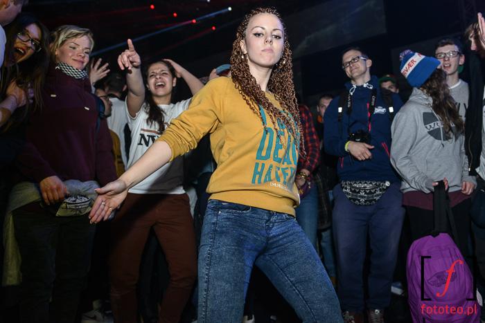 Burn in Snow 2014: kółko taneczne z dziewczyną w środku