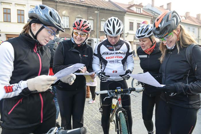 Rowerzyści przedstartem czytają mapy
