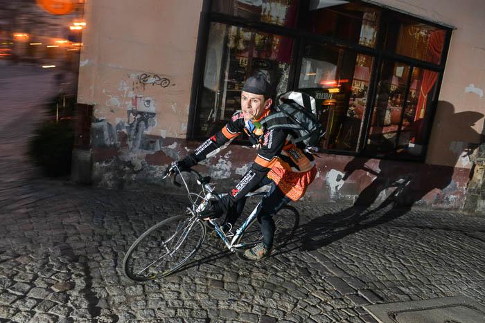 Rowerzysta z kwiatem w zębach na Rynku w Bielsku