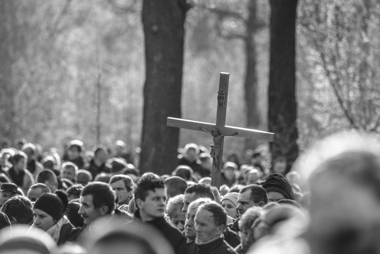 Krzyż w tłumie idących za Jezusem