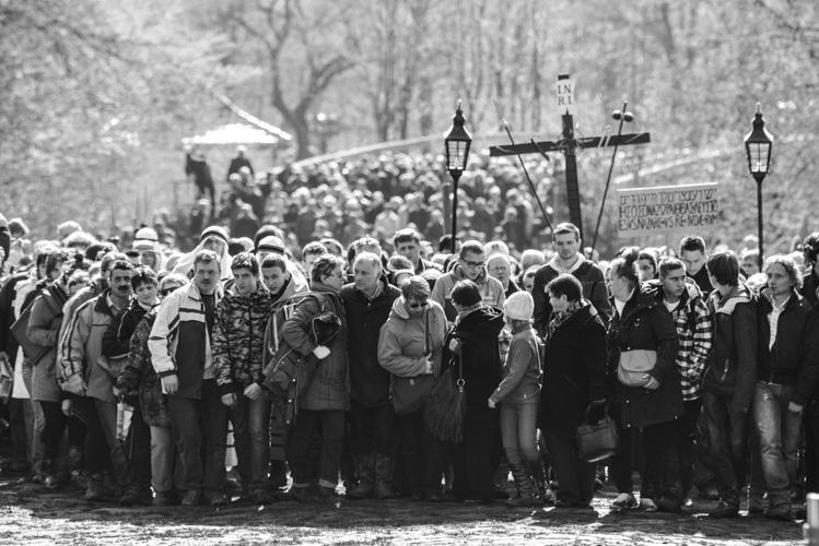 Tysiące ludzi podczas obrzędów, Wielkanoc