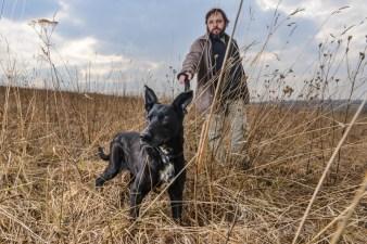 Dramatopisarz Artur Pałyga na spacerze z psem