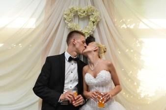 Pocałunek pary młodej podczas ich ślubu