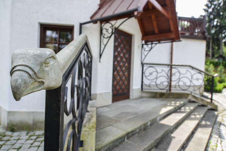 Dworek w Wiśle, fotografia ozdobnych drzwi budynku