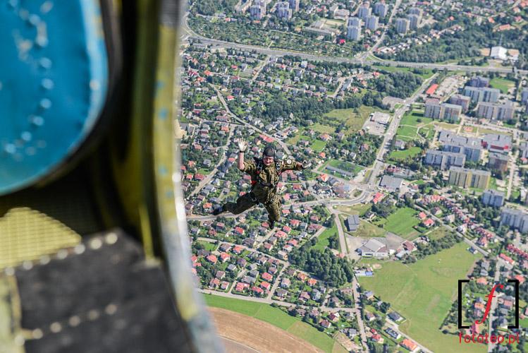 Skok spadochronowy nad Bielskiem. fotograf lotniczy