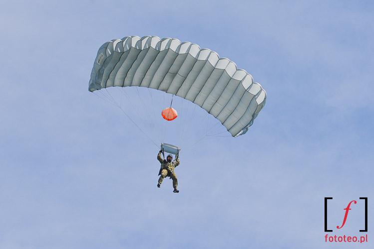 Ladowanie spadochroniarza