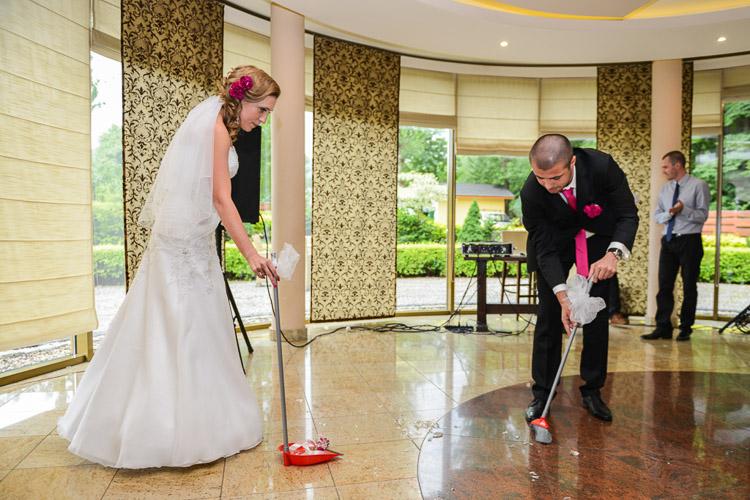 Sprzatanie szkla z kieliszkow wesele