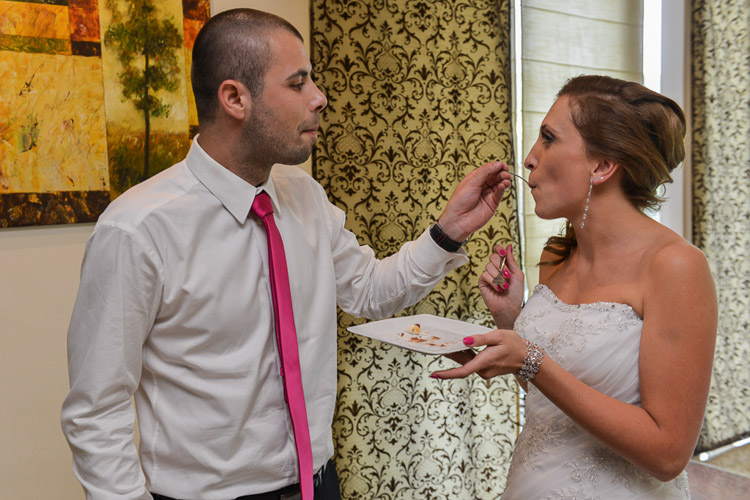 Dzielenie tortu na weselu