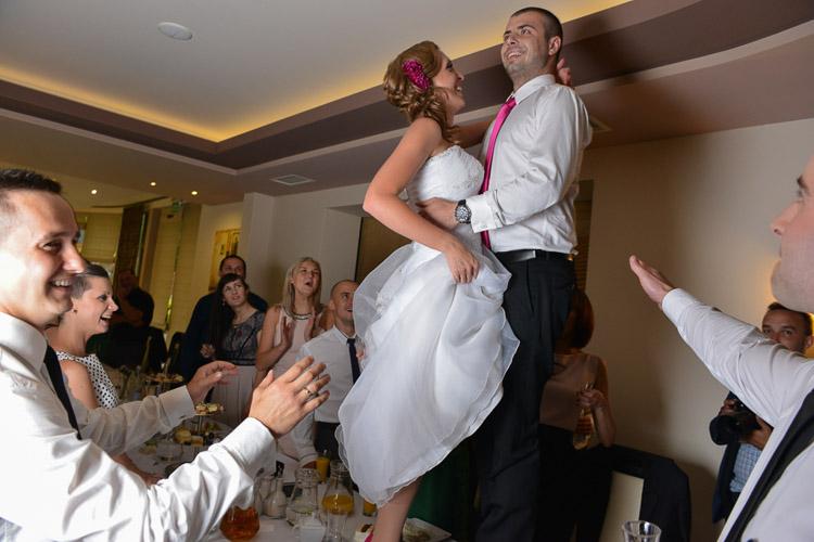 Para mloda na weselu