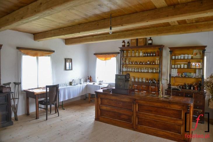 Wnętrze historycznej apteki Ślemien Etnopark