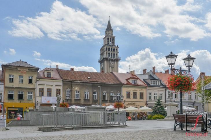 Rynek wBielsku-Białej zkatedrą św.Mikołaja wtle. Fotografia Bielsko
