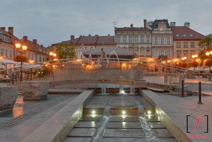 Rynek wBielsku-Białej fotografowany wieczorem