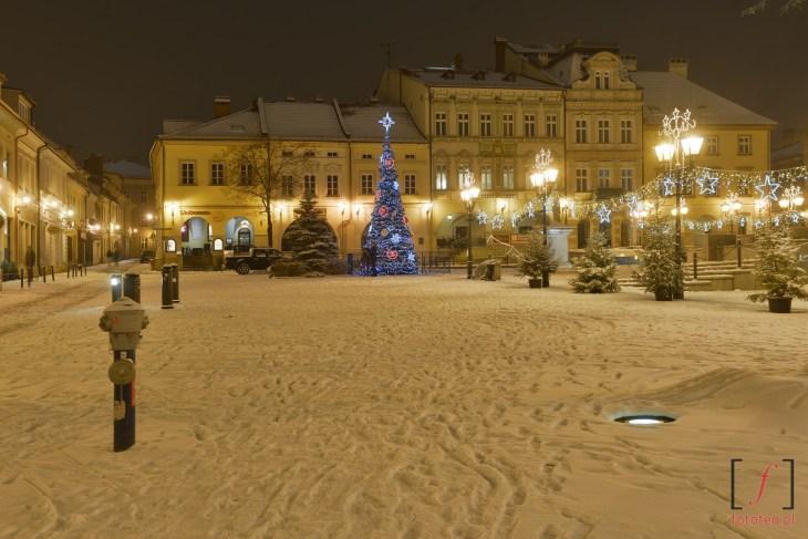 Fotografia Rynku wBielsku-Białej zimą wnocy