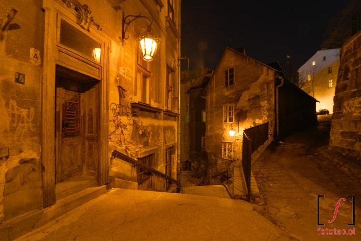 Ulica schodowa nocą