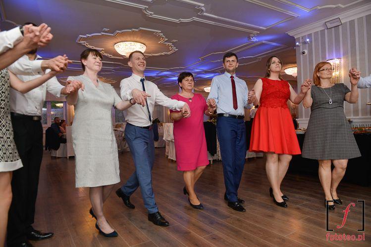 Goście weselni tańczą