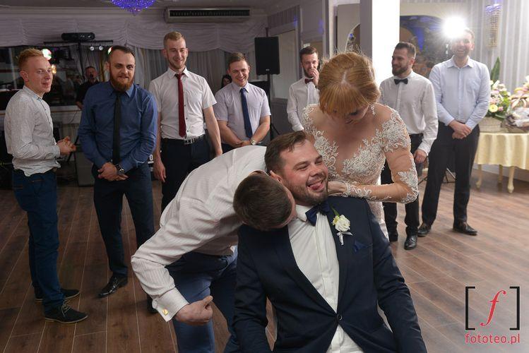 Oczepiny podczas wesela.