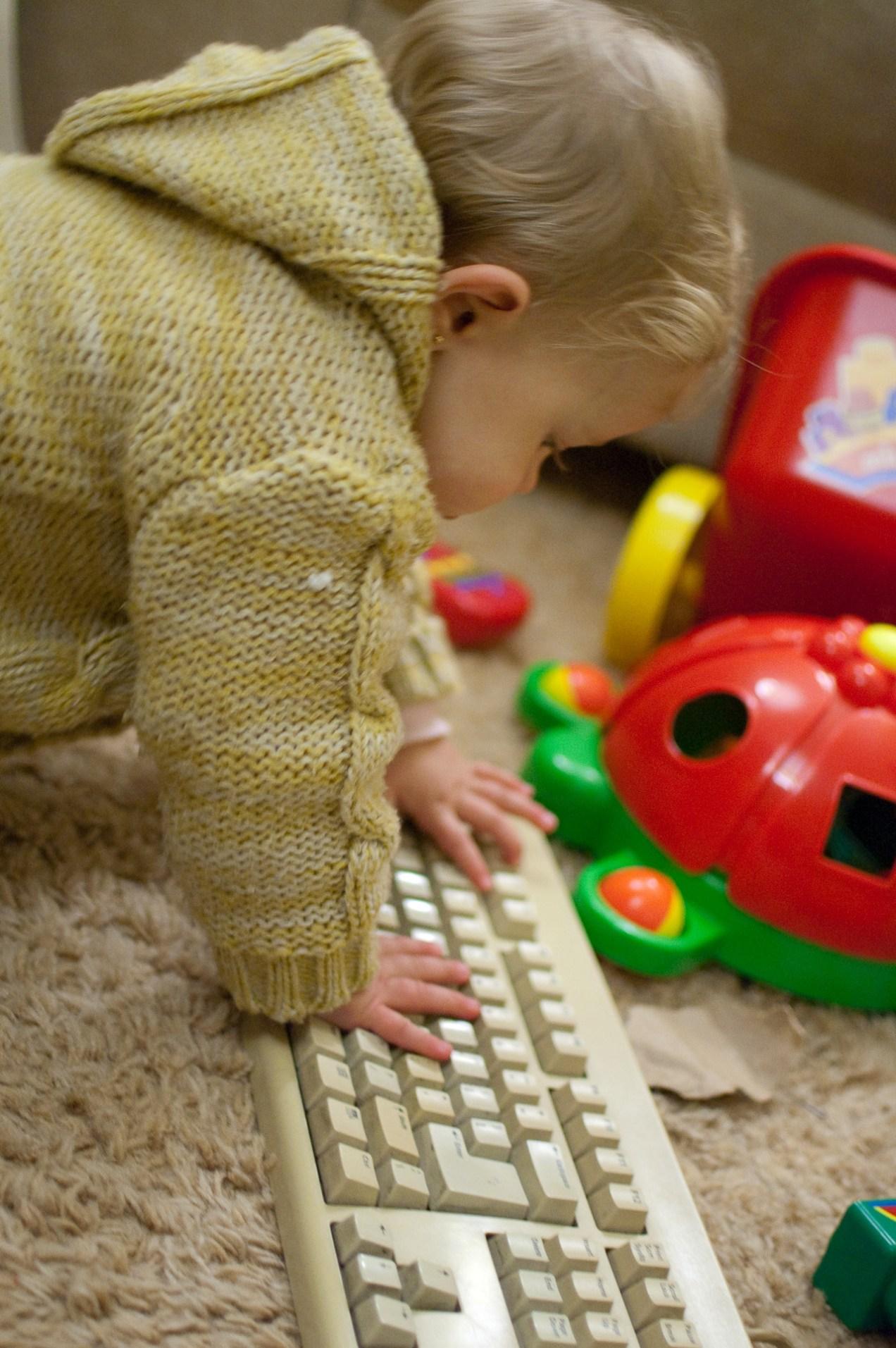 Emma con el teclado
