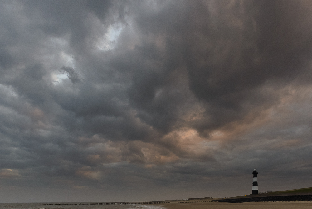 Regenwolken boven vuurtoren Breskens
