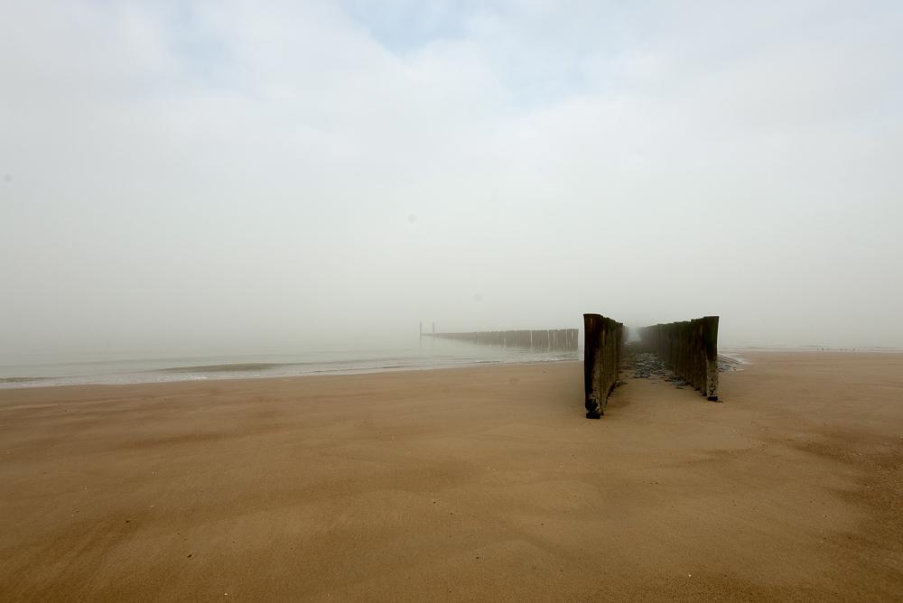 Strandhoofd in de mist