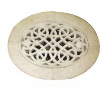 Una delle griglie in pietra per la fuoriuscita dell'aria proveniente dai ventidotti
