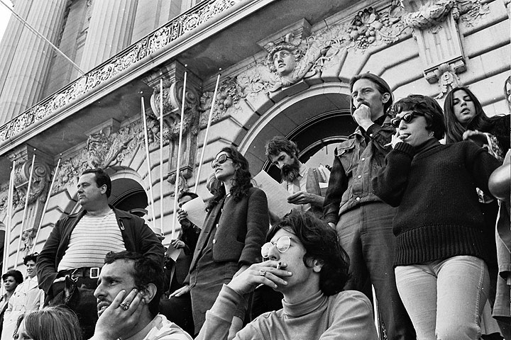 File:Diggers-and-passersby-watch-from-City-Hall-steps 0444 Chuck-Gould.jpg