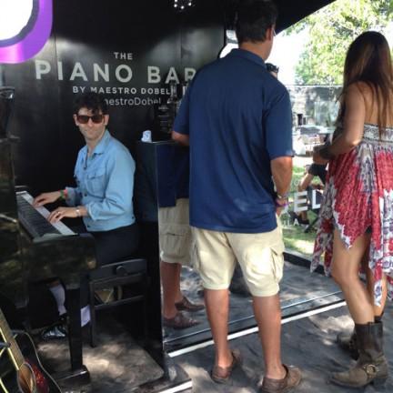 Lollapalooza Fashion Style Piano-Bar