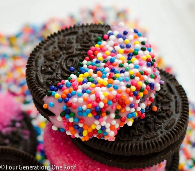 Valentine treat ideas: Valentines Day Oreo Cookies / easy chocolate dipped cookies with sprinkles