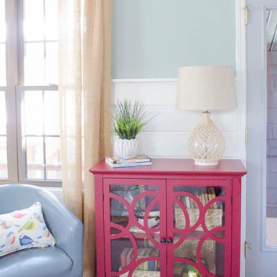 How to decorate a red bookcase for Spring
