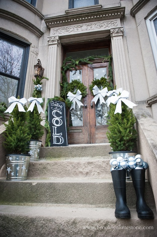 Christmas-decorated-stoop