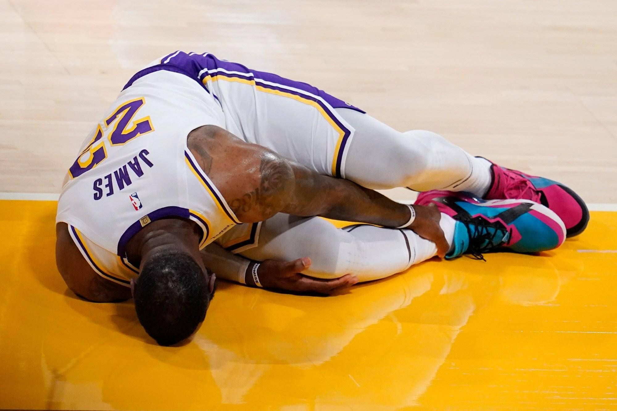 LeBron James deja el juego entre Lakers y Hawks por lesión de tobillo