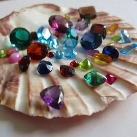 Poradenství v oboru barevných drahokamů, osazování šperků vlastními kameny