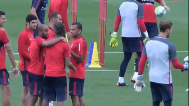 Neymar trains with PSG