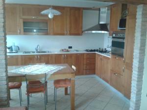 Cucina artigianale in legno di ciliegio costruita su misura.