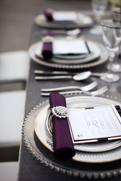 Ein Hochzeitskonzept in schwarz silber und violett