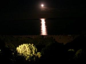 La luna si specchia nel mare di Chia