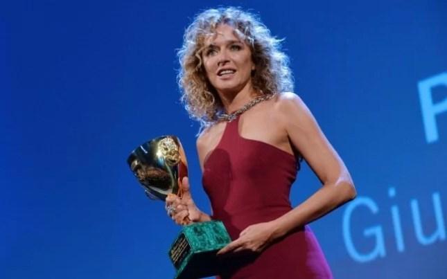 """Valeria Golino vince la Coppa Volpi alla 72 Mostra del Cinema di Venezia per il film """"Per amor vostro"""" - fonte: www.officineubu.com"""