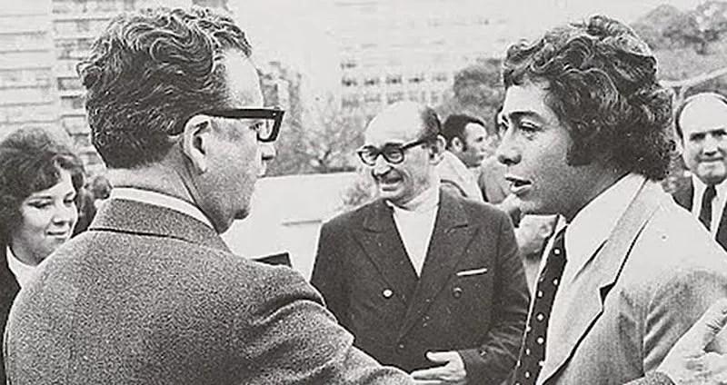 L'incontro fra Allende e Caszely, all'epoca senza baffi. www.stopandgoal.net