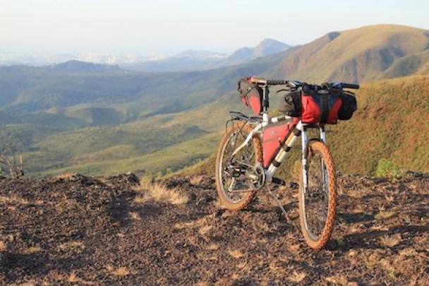 un vélo équipé pour le bikepacking