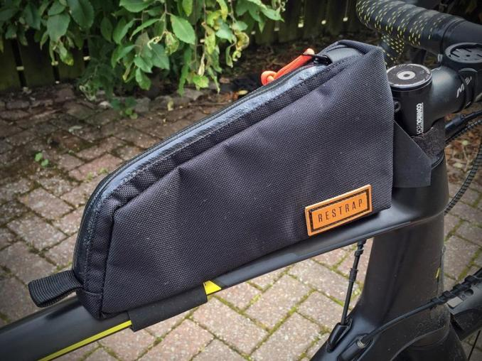 un sac sur un tube supérieur de vélo