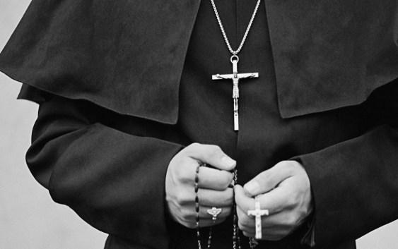Calabria, pedopornografia e rapporti con minorenni: sospeso parroco – IL NOME