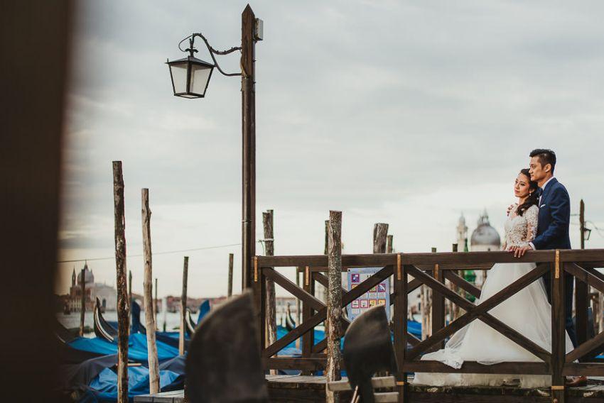 venice wedding photographer / bride + groom portrait with gondolas